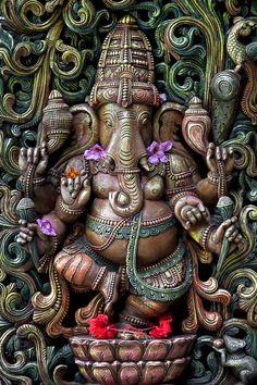 Dans l'hindouisme, Gaṇesh, Gaṇesha, Vinâyaka, Gaṇapati est le dieu qui supprime les obstacles. Il est aussi le dieu de la sagesse, de l'intelligence, de l'éducation et de la prudence, le patron des écoles et des travailleurs du savoir. Il est le fils de Shiva et Pârvatî, l'époux de Siddhi (le Succès), Buddhi (l'Intellect) et Riddhî (la Richesse)........ Sri Ganesh, Ganesh Lord, Ganesha Painting, Ganesha Art, Shiva Art, Ganesh Tattoo, Indiana, Om Gam Ganapataye Namaha, Ganesh Images