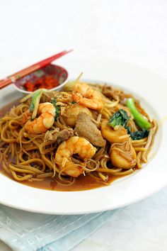 Penang Hokkien Char (福建炒) recipe - This dish consists of a medley of yellow noodles and rice vemicelli, in a lighter sauce. I love eating Hokkien Char, flavoring the noodles with the pungent and spicy sambal belacan, it's very tasty. Malaysian Cuisine, Malaysian Food, Malaysian Recipes, Noodle Recipes, Seafood Recipes, Cooking Recipes, Noodle Soups, Asian Desserts, Asian Recipes