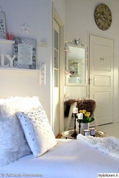 eteinen,olohuone,kynttilät,peili,valkoinen