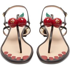 Gucci Hatsumomo cherry-embellished leather sandals (3.215 BRL) ❤ liked on Polyvore featuring shoes, sandals, gucci, studded shoes, embellished sandals, embellished shoes and block heel shoes