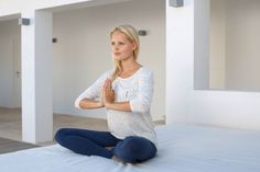 A técnica pode ser um remédio natural para dor de cabeça, porque ajuda a aliviar a tensão e aumenta a circulação do sangue. - Veja mais em: http://m.vilamulher.com.br/bem-estar/fitness/10-posicoes-de-yoga-para-aliviar-dores-de-cabeca-11-1-68-470.html?pinterest-mat