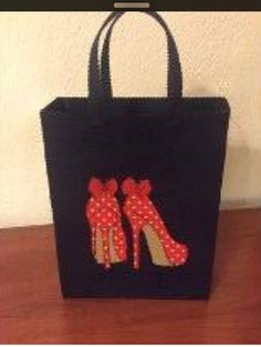 It reminds me of my felt floweThis Pin was discovered by Sev Decorated Gift Bags, Fabric Storage Baskets, Sacs Design, Diy Sac, Felt Purse, Denim Ideas, Diy Handbag, Recycle Jeans, Side Bags