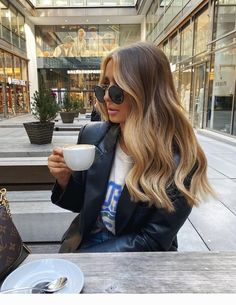 member, Reece Andavolgyi, shares how to get amazing hair using dry shampoo. Blonde Hair Looks, Honey Blonde Hair, Blonde Hair With Highlights, Brunette Hair, Brunette Color, Color Highlights, Brown Hair Balayage, Balayage Brunette, Gorgeous Hair