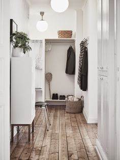 scandinavian entryway decoration to add charm and warmth to your home page 15 Decoration Hall, Entryway Decor, Hallway Inspiration, Interior Inspiration, Escalier Design, Small Hallways, Entry Hallway, Narrow Entryway, Ideas Hogar