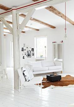 モダンな部屋には、モダンでシンプルなチェアがとてもよくマッチします。真っ白な床材の上で真っ白なチェアがその美しさを際立たせています。クッションはチェアに合わせて白と黒で統一されているのでとてもシックな部屋になっています。