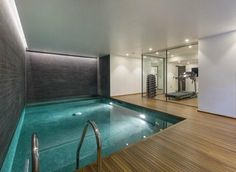 Modernes Haus mit Indoor Pool und Fitnessraum Modern house with indoor pool and gym Luxury Swimming Pools, Luxury Pools, Dream Pools, Swimming Pool Designs, Indoor Pools, Small Indoor Pool, Keller Pool, Inside Pool, Casa Loft