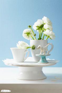 Sanfte Wandfarben wie z.B. Hellblau wirken super frisch zusammen mit weißen Blumen und weißem Küchengeschirr. #white #flowers #blue