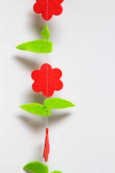 Slinger BLOEM: vrolijke slinger met bloemen. Ca. 1.5m lang, doorsnede bloem ca. 3 cm. Naar wens op maat gemaakt in de door jou gewenste kleuren!