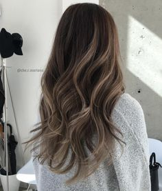 Balayage Blonde Ends - 20 Fabulous Brown Hair with Blonde Highlights Looks to Love - The Trending Hairstyle Brown Hair Balayage, Balayage Brunette, Hair Color Balayage, Brunette Hair, Hair Highlights, Brown Blonde Hair, Bayalage, Balayage Hair For Brunettes, Light Brown Highlights