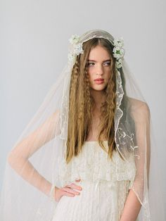 dunno if this is your thing lala but it is pretty Verbena flowers paired with a vintage lace veil. Bridal Hair Flowers, Bridal Hair Pins, Veil Hairstyles, Wedding Hairstyles, 1970s Wedding Dress, Wedding Attire, Hair Wedding, Wedding Veils, Sophisticated Bride