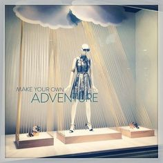 How hard would it be to make clouds? Yarn at a window display. Window Display Retail, Window Display Design, Retail Windows, Store Windows, Fashion Window Display, Visual Merchandising Displays, Visual Display, Vitrine Design, Decoration Vitrine