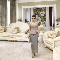 Ideas dress silk print for 2019 Myanmar Traditional Dress, Traditional Dresses, Kebaya Lace, Thai Wedding Dress, Thailand Fashion, Model Kebaya, Vintage Street Fashion, Kebaya Muslim, Thai Dress