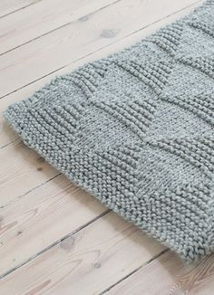 couverture triangle - 1313 Enkel Strikk ( - 6 år) I have no idea what this pattern says, but I'm going to try this out. Knitting For Kids, Knitting Projects, Baby Knitting, Stitch Patterns, Knitting Patterns, Crochet Patterns, Knitted Baby Blankets, Knitted Rug, How To Purl Knit