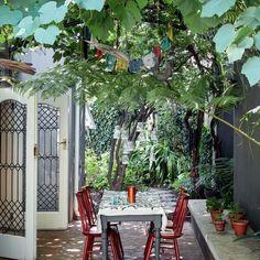 Erguido no início do século 20, este imóvel em Johanesburgo, na África do Sul, passou por uma reforma sutil e respeitosa, realizada pelo arquiteto Johann Slee, do escritório africânder Slee & Co Architects. Sob a luz salpicada pelas folhas da parreira, o romântico jardim da área externa leva mesa com cadeiras da marca inglesa Ercol. Foto Greg Cox/Bureaux @sleeandco_architects @ercolfurniture #decoração #decoraçãopelomundo #johanesburgo #áfricadosul #reforma #projetodearquitetura…