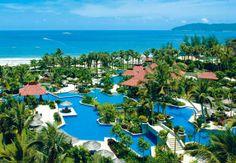 Vistas de la playa, la piscina y la propiedad del Sanya Marriott Yalong Bay Resort en la China