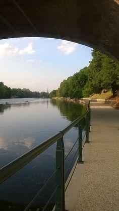 Puoi farti tutta la passeggiata dal ponte Umberto I fino a qui, ma è solo sotto il ponte Isabella che la Mole si lascia vedere