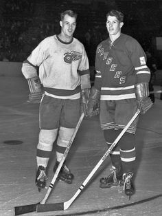 Gordie Howe, Detroit Red Wings and Vic Howe, New York Rangers. Stars Hockey, Sports Stars, Ice Hockey, Detroit Hockey, Detroit Sports, Hockey Games, Hockey Players, Nfl Highlights, Hockey Pictures