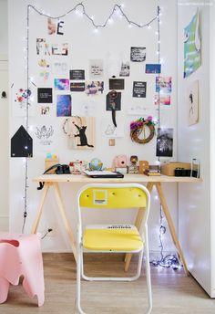 Cantinho de trabalho conta com escrivaninha com cavaletes e parede com…
