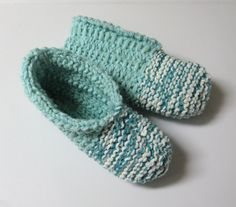 Crochet Socks, Knitted Slippers, Slipper Socks, Knit Crochet, Knitting Patterns, Crochet Patterns, Knitting Ideas, Socks And Sandals, Boot Cuffs