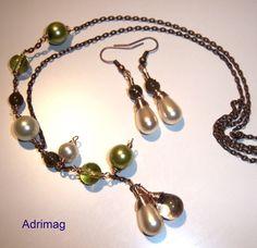 Parure collier et boucles d'oreille avec les perles nacrées, vertes et crème