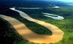 Rio Juruá um dos maiores do Brasil. O rio Juruá atravessa além do Brasil, o Peru, e banha o Acre e Amazonas. Juruá nasce no Peru e atravessa o Acre, desaguando no rio Solimões. O destaque é da importância para região, ao servir de hidrovia para muitas comunidades, pois não há rodovias em grande parte do seu curso.  Fonte: http://top10mais.org/top-10-maiores-rios-brasil/#ixzz3sAhLxdxt