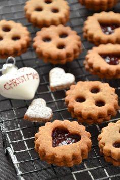 Noël en Alsace rime avec bredele (ou bredala)! Connaissez-vous ces petits biscuits typiquement alsacien? Pas une famille en Alsace ne raterait l'occasion d'en faire au moment de Noël (ou au moins d'en manger!). Comme il est important d'avoir de bonnes recettes, j'ai demandé à cinq amies alsaciennes particulièrement douées en cuisine de partager avec vousquelquessecrets... Lire la suite →