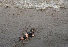 Un hombre que se cayó de un puente mientras miraba las olas del maremoto que llegaban hacia él, a orillas del río Qiantang, en Hangzhou (China), 25 de julio de 2016.