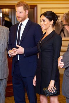 Prince Harry & Duchess Meghan Markle Meet Lin-Manuel Miranda at 'Hamilton' Performance!: Photo Prince Harry, Duke of Sussex and Meghan, Duchess of Sussex look picture perfect arriving for a gala performance of Hamilton the musical on Wednesday (August Prinz Harry Meghan Markle, Meghan Markle Prince Harry, Prince Harry And Megan, Harry And Meghan, Estilo Meghan Markle, Meghan Markle Stil, Pregnancy Looks, Pregnancy Outfits, Victoria Palace Theatre