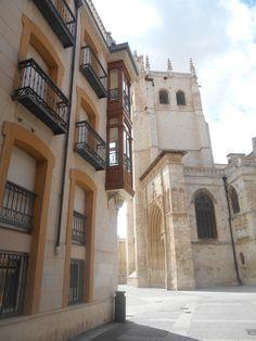 Edificio con miradores en esquina de Calle Jorge Manrique con Plaza de la Inmaculada y torre de la Catedral de San Antolín.