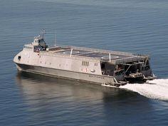 シーファイター(Sea Fighter)。アメリカで進水したウォータージェット推進によって50ノット以上の速度を発揮できるSWATH(小水線面積双胴船)。ヘリコプターやUAV(無人航空機)を搭載可能とのこと。沿岸域での任務を行える。