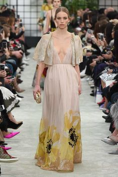 Pierpaolo Piccioli took thefashion crowd by storm with his Fall 2018 collection. Infusing an element of one-for-all and all-for-one, the creative genius sent down a wearable range that appealed to…