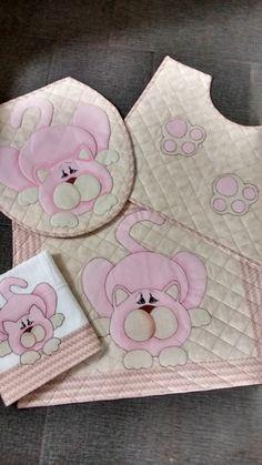 Jogo de banheiro diferenciado com aplicação de gatinho composto de  1  Tapete pra box 1 tapete pro vaso toalha de rosto 1 ... 32a79379a92