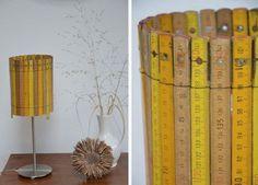 Lámpara de sobre mesa con pantalla de reglas de madera.