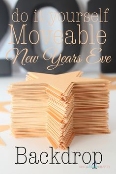 DIY New Years Eve Photo Party Backdrop. Make this DIY New Years Eve Backdrop! Stacy from She's Kinda Crafty shows us how! New Year's Eve Backdrop, Diy Backdrop, Party Kulissen, Party Guests, Party Ideas, Party Themes, Gold Party, Holidays And Events, Happy Holidays