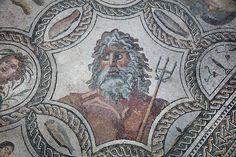 Nel grandioso Mosaico delle Stagioni, rinvenuto nel complesso di villa Bonanno, a Palermo, e ora conservato presso il Museo Archeologico A. Salinas, spicca la trionfante figura di Nettuno, divinità dei mari. Il busto del dio, insieme ad altre raffigurazioni allegoriche, è racchiuso in un pannello ottagonale decorato ai bordi con un raffinato motivo ornamentale a doppia treccia. #OVSArtsOfItaly