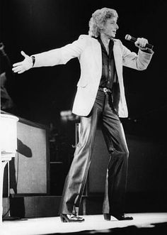 barry manilow photos 1980 | 27th November 1980: Popular American singer Barry Manilow, previously ...