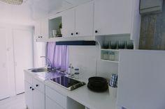 Mobil Home de alquiler en el camping situado en la Costa Dorada. Kitchen Cabinets, Navy, Home Decor, Camper Van, Hale Navy, Decoration Home, Room Decor, Cabinets, Old Navy