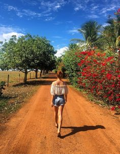 Dia de campo com muito estilo para Marina Ruy Barbosa. Short jeans e bata florida foram ótima escolha New Foto, Nature Photos, My Photos, Instagram Feed, Instagram Posts, Felder, Foto Pose, Book Girl, Tumblr Girls