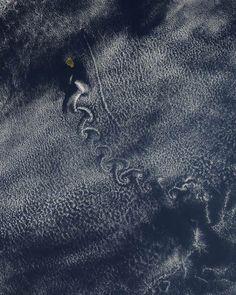 カルマン渦:太平洋にある小さな島周辺の衛星写真
