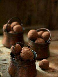 Chocolate truffles in copper pots I Love Chocolate, Chocolate Cherry, Chocolate Lovers, Chocolate Brown, French Chocolate, Delicious Chocolate, Chocolate Desserts, Homemade Candies, Kakao