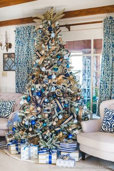 Create beautiful and budget-friendly Christmas ornaments with this How to Make Unique Blue & White Chinoiserie Ornaments tutorial! art design landspacing to plant Christmas Tree Design, Blue Christmas Tree Decorations, Elegant Christmas Trees, Christmas Tree Inspiration, Christmas Colors, Christmas Themes, Christmas Tree Ornaments, Christmas Wreaths, Peacock Christmas