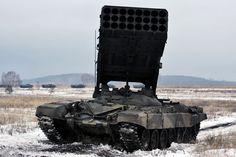 """Тяжелая огнеметная система ТОС-1А """"Солнцепек"""" калибра 200 мм была разработана в 2001 году. Основной задачей системы является поддержка пехоты и бронетанковых соединений. Состоит на вооружении огнеметных батальонов бригад РХБЗ"""