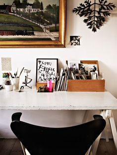 beautiful silhouettes of black and white at this desk // home offices // workspaces