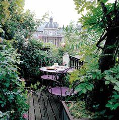 #Balcon #terrasse avec mobilier 1900 #Fermob couleur #violet #Aubergine / Caroline BRIEL© photographie