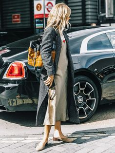 Dressing for casual Friday can still be stylish. Let this inspiration offer up some outfit ideas. Weird Fashion, Look Fashion, Cheap Fashion, Fall Fashion, Slip Dress Outfit, Dress Outfits, Work Outfits, Prom Dress, Dress Skirt