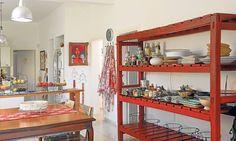 La casa de Juliana Lopez May / La amplia, atractiva, personal y colorida cocina, en su desarrollo con el comedor diario, es el lugar más vivido por la familia.