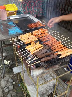 Street food in the Philippines good stuff! Filipino Dishes, Filipino Food, Filipino Recipes, Food Trucks, Pinoy, Street Food, Philippines, Nostalgia, Sweet Home