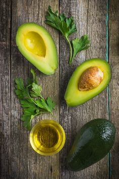 Avocado Oil: Ideal for High Heat Cooking Avocado oil makes a great healthy oil choice for everything from salads to high heat cooking. Plus it's delicious! Cooking Avocado, Calorie Dense Foods, Avocado Health Benefits, Healthy Oils, Good Fats, Avocado Oil, Superfoods, Nutrition, Salads