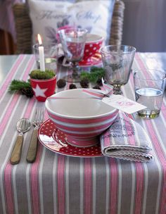 New GreenGate collection Autumn/Winter Winter Feelings Stoneware Zoe and Star Red Christmas Table Settings, Christmas Tablescapes, Christmas Decorations, Christmas Mood, Pink Christmas, Cosy Decor, Bowls, Decoration Table, High Tea