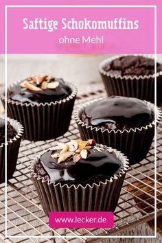 Diese schokoladigen Mini-Küchlein kommen ganz ohne raffinierten Zucker aus, stattdessen greifen wir zu natürlicher Süße aus Datteln und Banane. Wunderbar saftig gelingt der Teig dank gemahlener Mandeln. #muffins #rezepte #backen #muffinrezepte #schokomuffin #gesund #gesundbacken #backenohnemehl #backenohnezucker #einfacherezepte #kinderrezepte Low Carb, Cooking Recipes, Sweets, Baking, Healthy, Desserts, Food, Popular Recipes, Tailgate Desserts